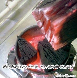 火起こし鍋の中で炭が赤くなる